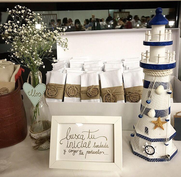 Nos encanta montar rincones de regalo y diseñarlos, en función, de la temática de la boda . En esta ocasión, nuestro #lover R, decidió regalar pañuelos bordados a todos sus invitados, un regalo original que encantó a todos.  Queremos contar tu historia de