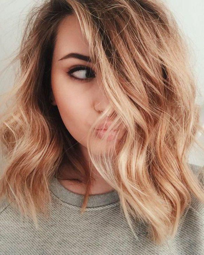 Idée Coiffure : Description cheveux couleur blond cuivré, carré plongeant ondulé, boucles ...