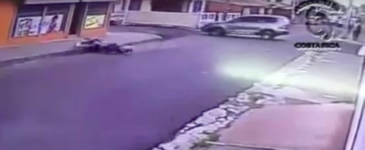 (VIDEO) Conductora golpea a motociclista e intenta fugarse