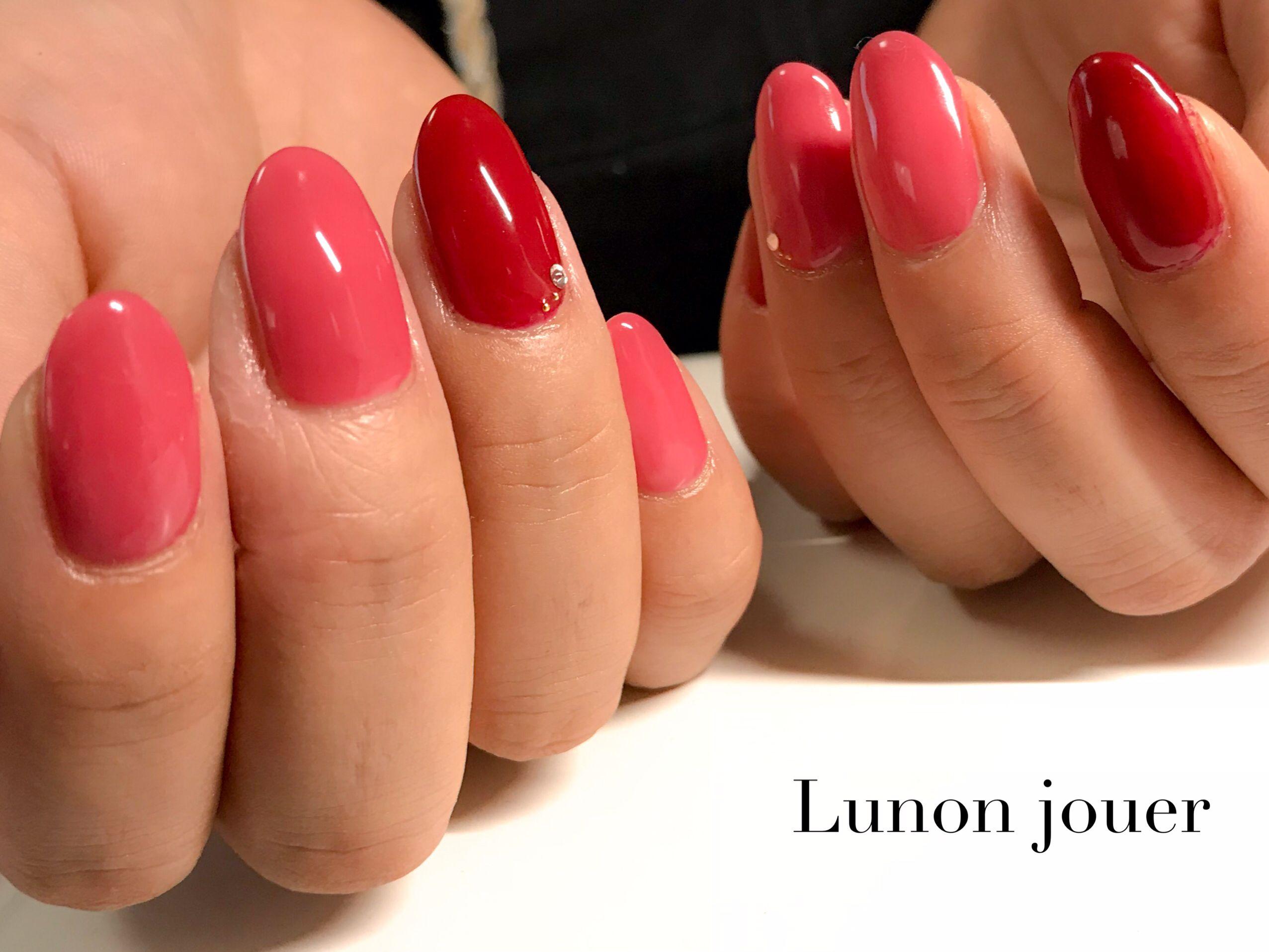 くすみピンクとボルドーで大人フェミニンなネイル。 カラー自体