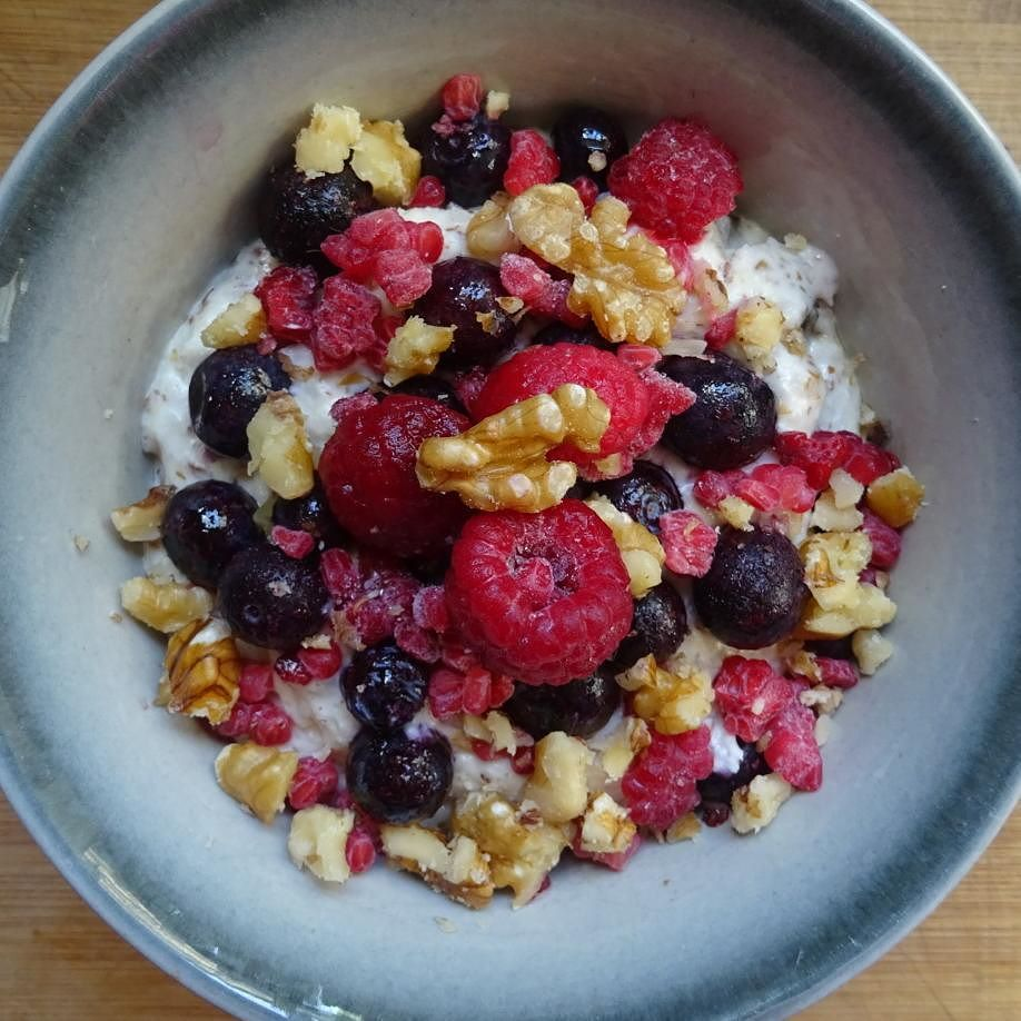 Good morning Monday! And hello @10weekchallenge Week 1!! So excited for this next round and I'm kicking the challenge off in the best possible way with one of my absolute faves - coconut porridge with walnuts and frozen berries! Delicious!  #10weekchallengenz