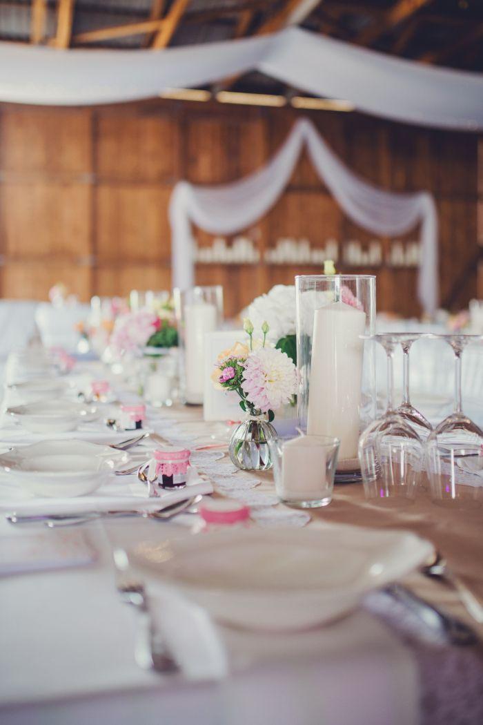 scheune tisch dekoration hochzeit vintage spitze l ufer romantisch barn wedding romantic flowers. Black Bedroom Furniture Sets. Home Design Ideas