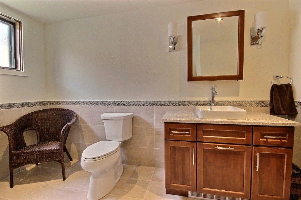 Ac Secondary Bathroom Shaker Doors Quartz Counter Salle De Bain Secondaire Portes Shaker Comptoir Salle De Bain Design Armoire De Cuisine Salle De Bain
