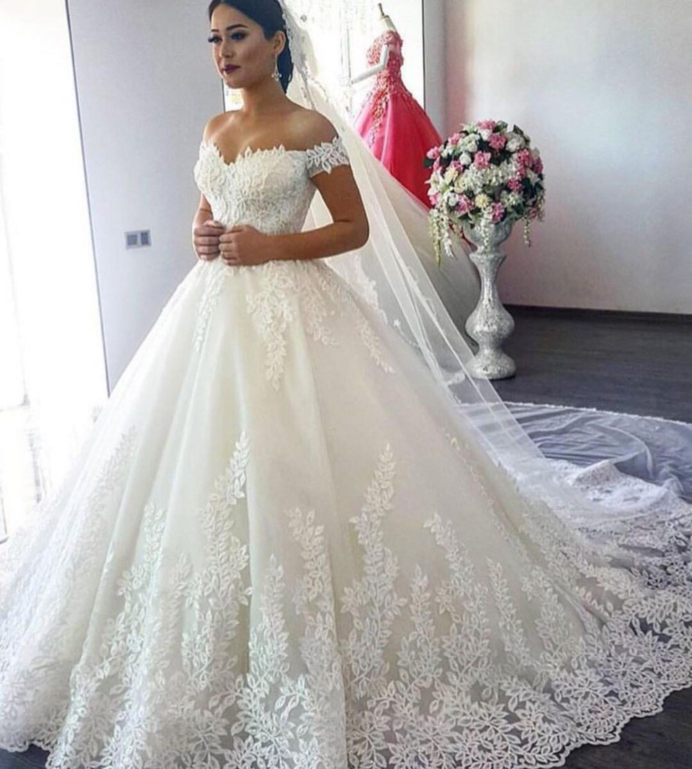 New arrival elegant sweetheart white lace applique ball gown wedding