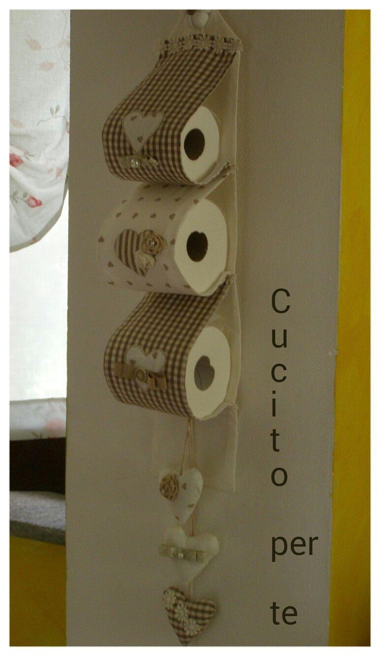 un pratico e utile porta rotoli per la toilette ma deve stare a vista e