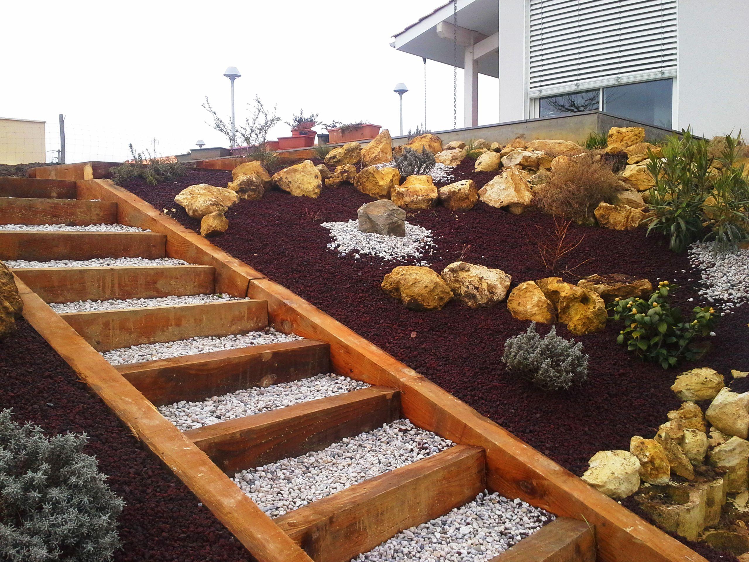 escalier bois et rocaille en pente. Les blocs calcaires permettent ...