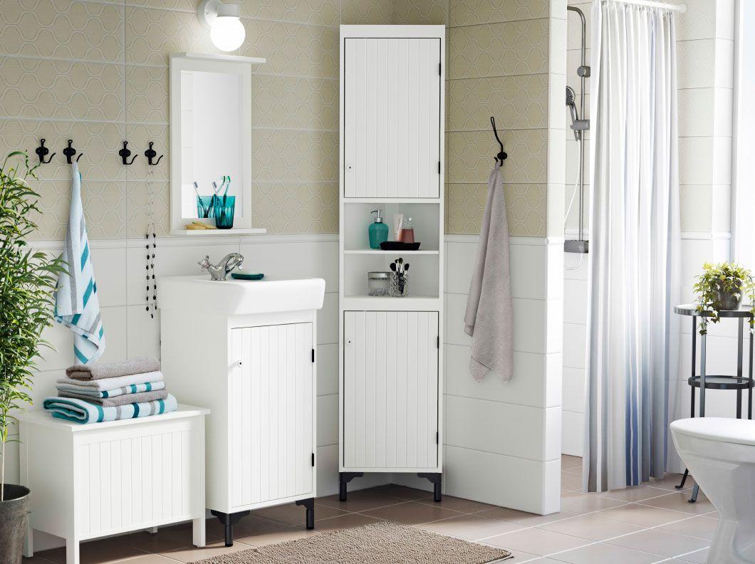 Vitt och grått badrum i lantstil med SILVERÅN tvättställsskåp och ...