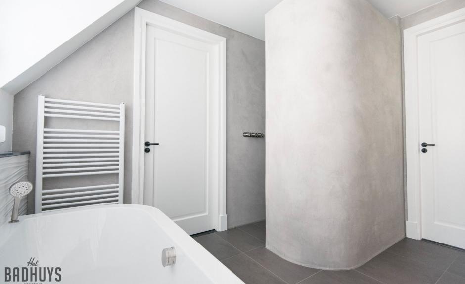 Beton Muur Badkamer : Badkamer met rond bad en muren in de beton cire het badhuys het