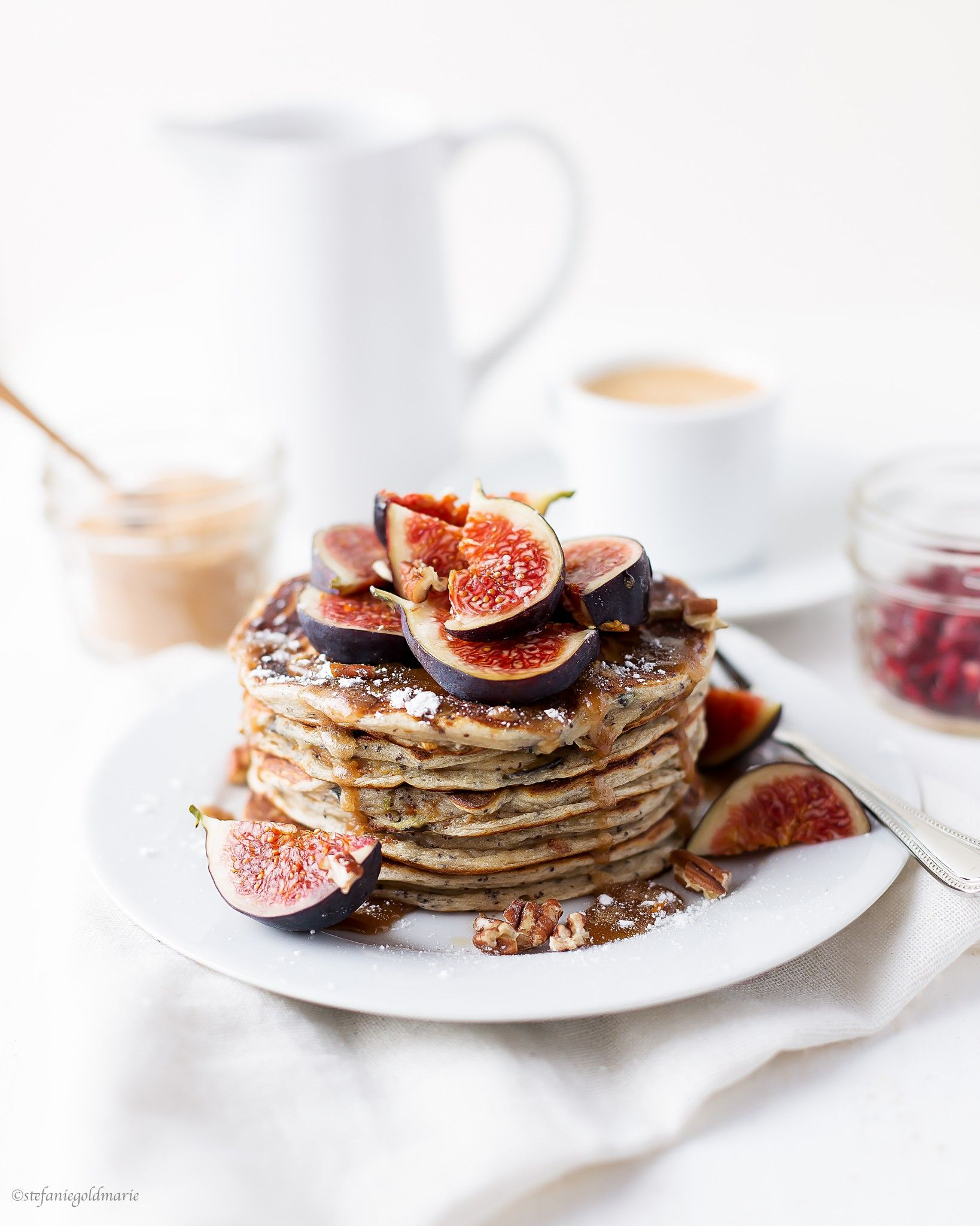 delicious high protein and sugar free pancakes with poppy seeds fig and caramel mmmh. Black Bedroom Furniture Sets. Home Design Ideas