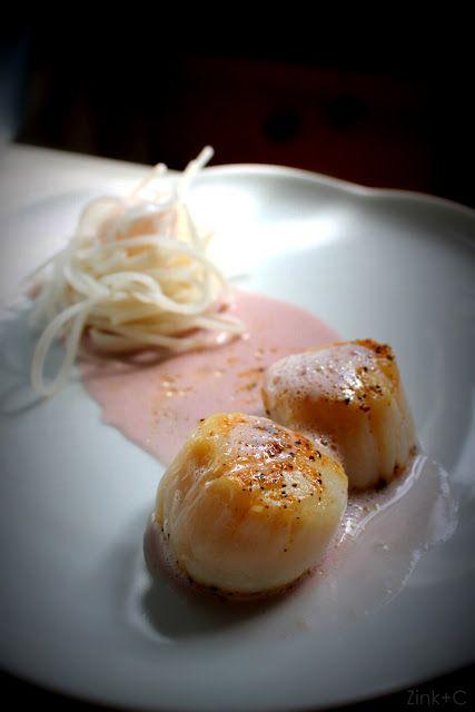 Jakobsmuscheln mit Reisnudeln auf einer rosa Kokos-Granatapfel-Soße.