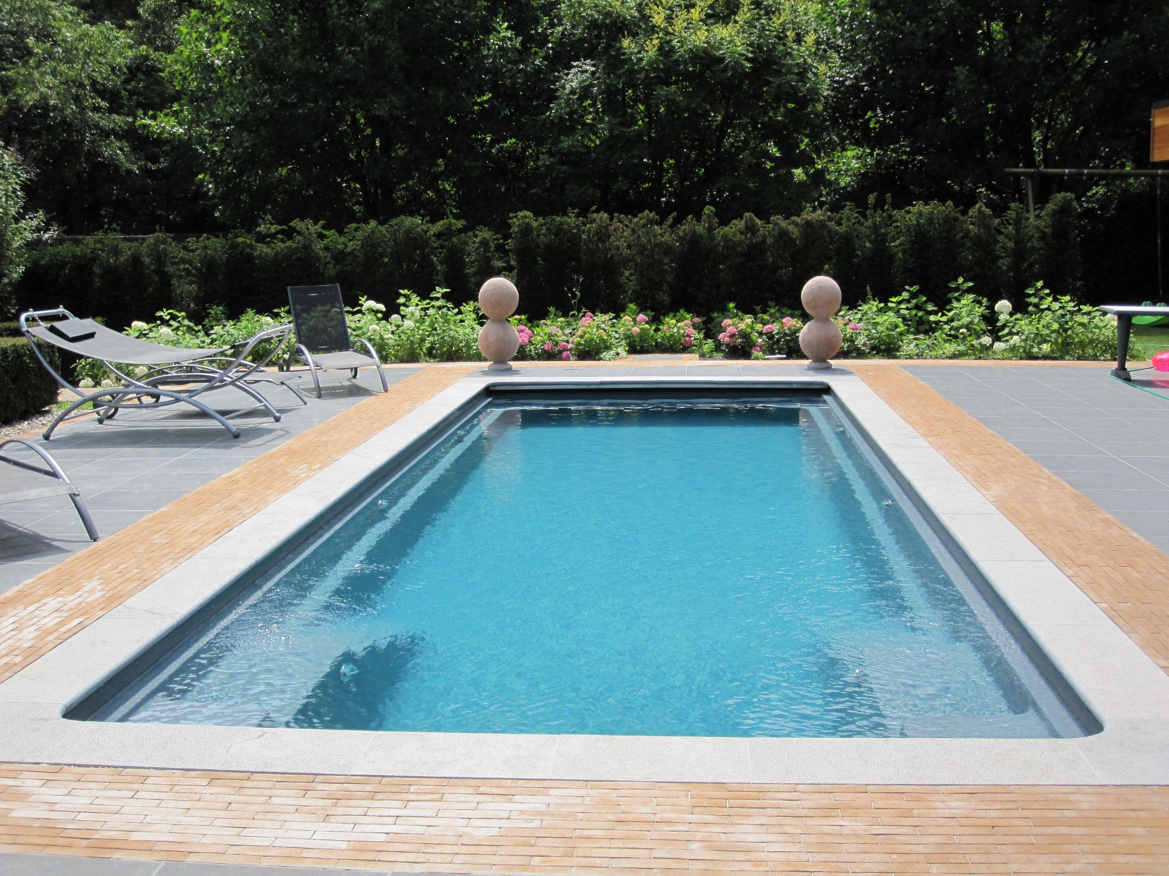 poolumrandung holz wpc rechteckig gartenrasen naturstein straeucher Pool Pinterest