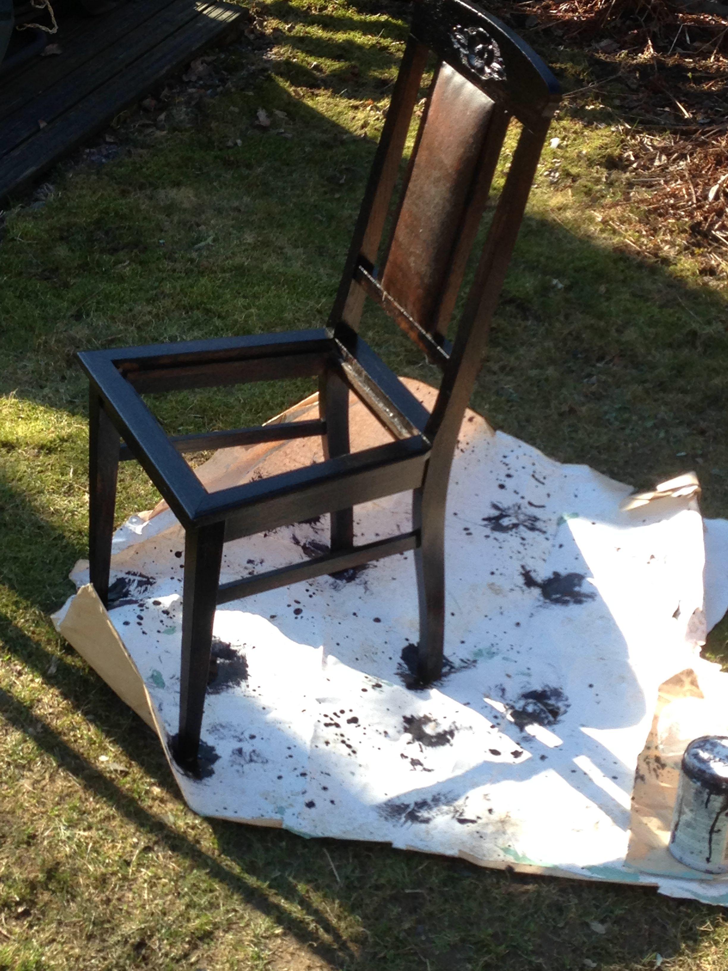 Vanha tuoli sai uuden värin.
