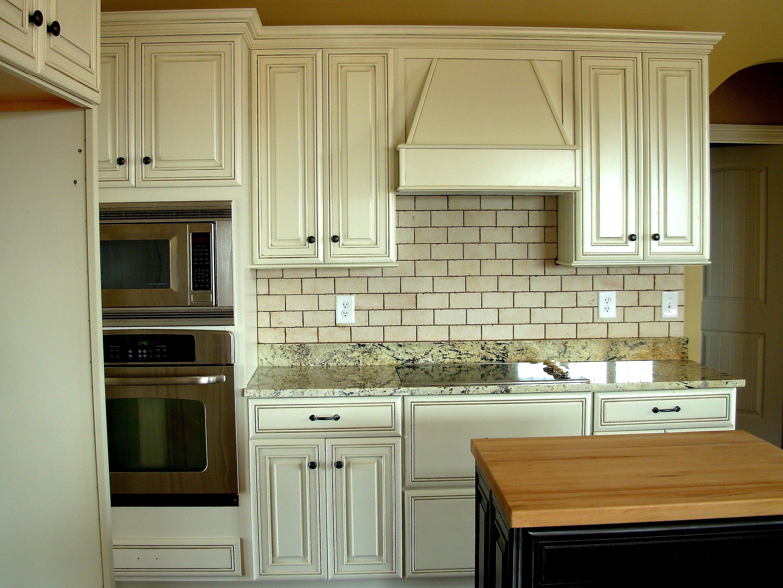 Subway Tile Backsplash Luxe Homes And Design White Glazed Cabinets Kemper C Antique White Kitchen Antique White Kitchen Cabinets Distressed Kitchen Cabinets