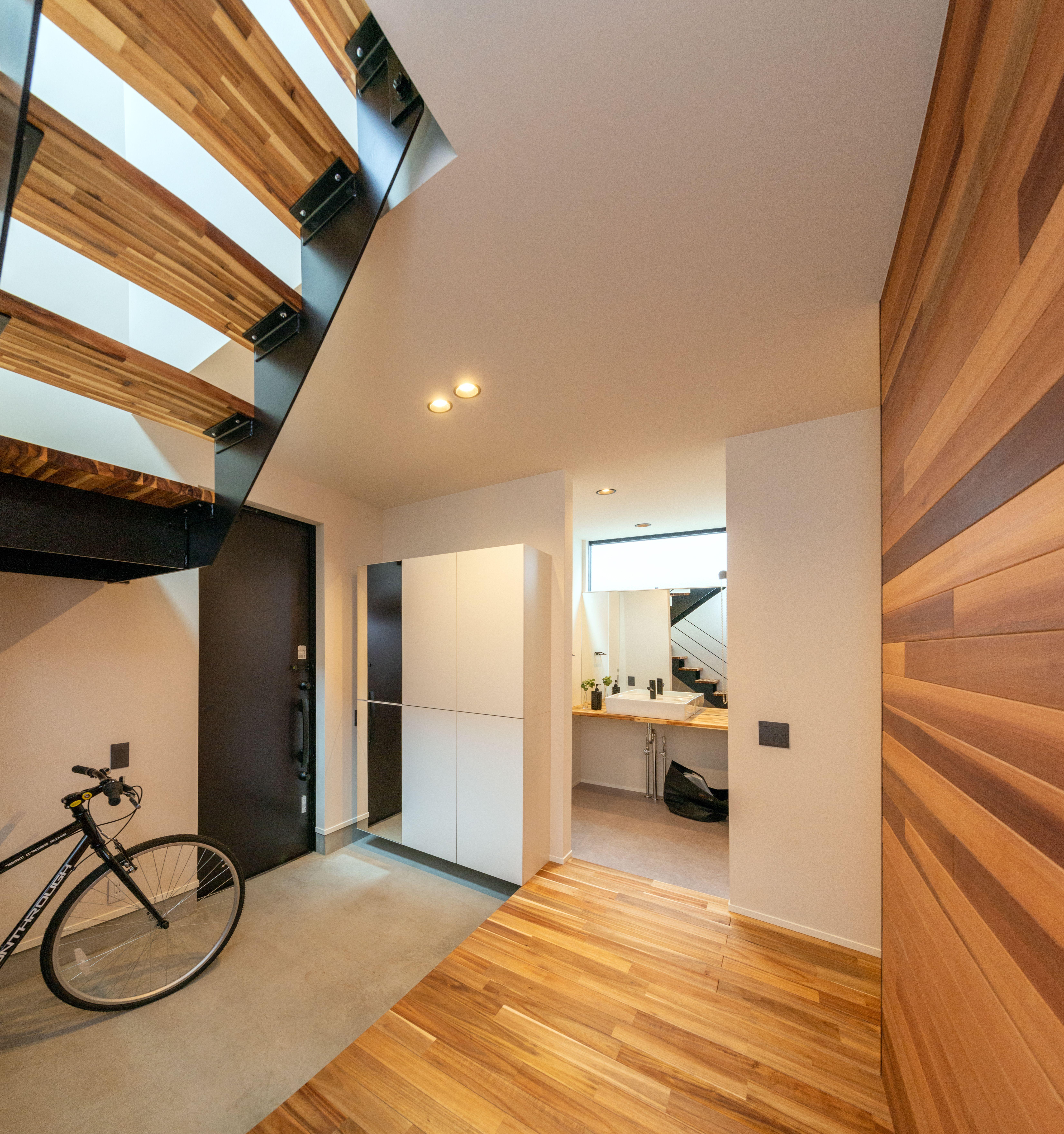 壁一面に貼られたレッドシダー 玄関ドアを開けてまず目に入る上質な
