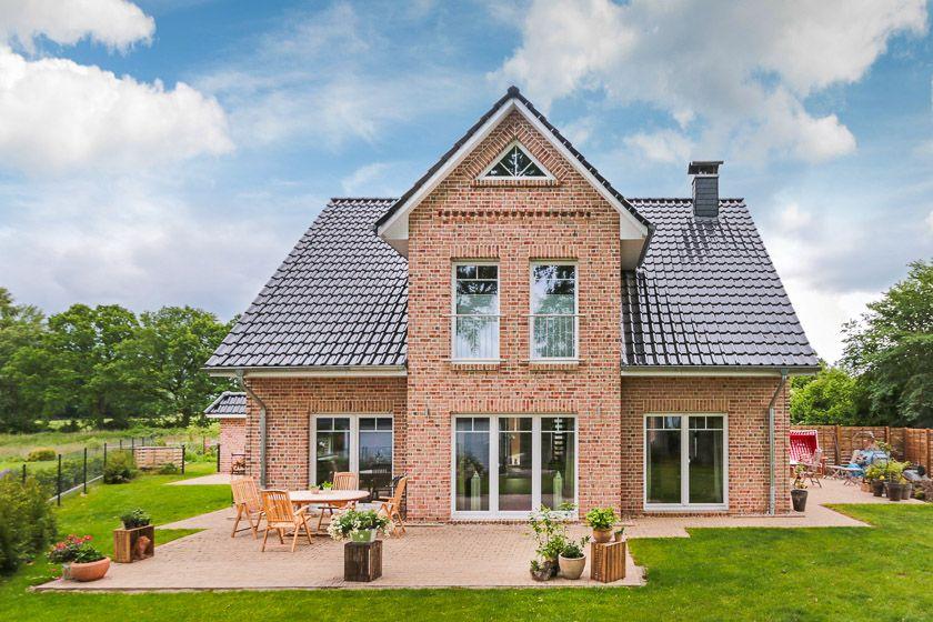 Detailreiches Einfamilienhaus Mit Giebel Und Großer