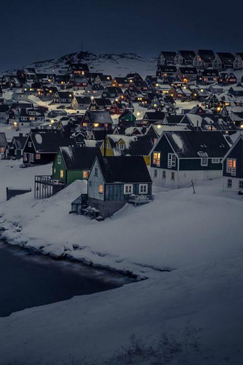 그리고 사람들이 주로 여행을 생각할따 잘 생각하지 않는 그린란드, 밤의 풍경을 보니 고요-하니 부엉이가 날아다닐것 같은 풍경이기도 하지만  우이자기가 다음 사진을 넘겨본다면
