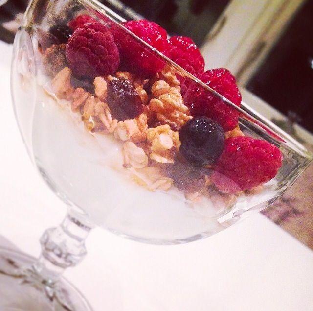 Lättkvarg, granolamüsli, blåbär, hallon, walnötter och flytande honung.