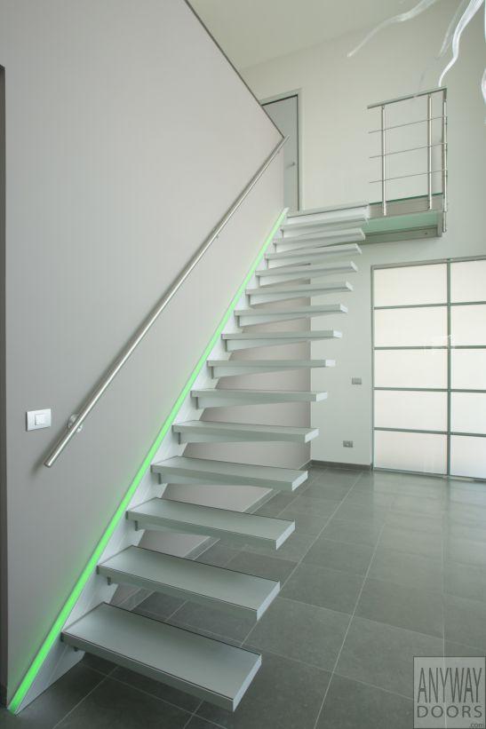 Design trap met zwevende treden in aluminium en RGB led verlichting ...