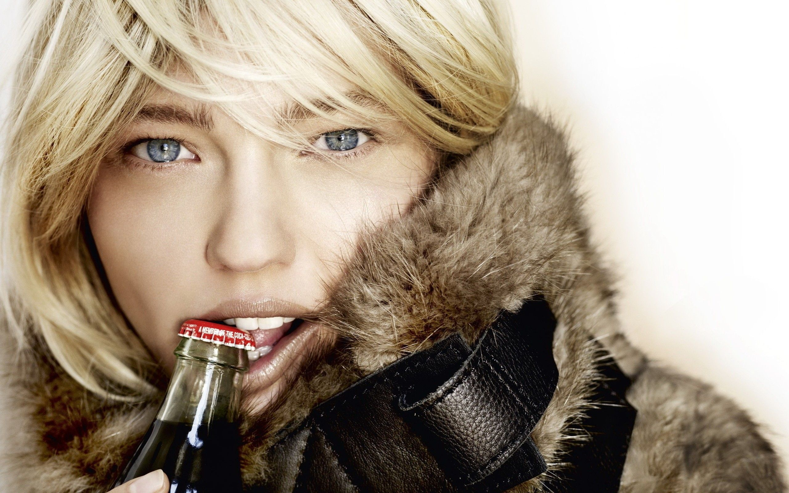 women-blonde-blue-eyes-coca-cola-fur-biting-face-sasha-pivovarova-2560x1600.jpg (2560×1600)