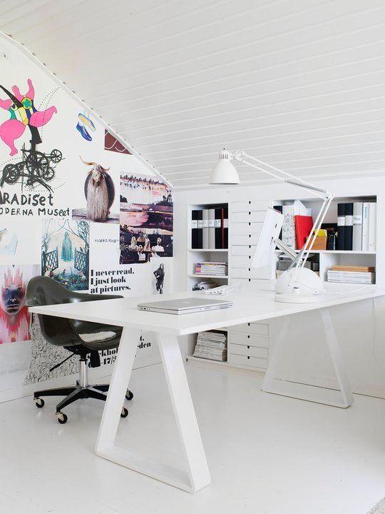 weiße Einbauten. kreative home office inspiration mit vielen regalen und ablageflächen.