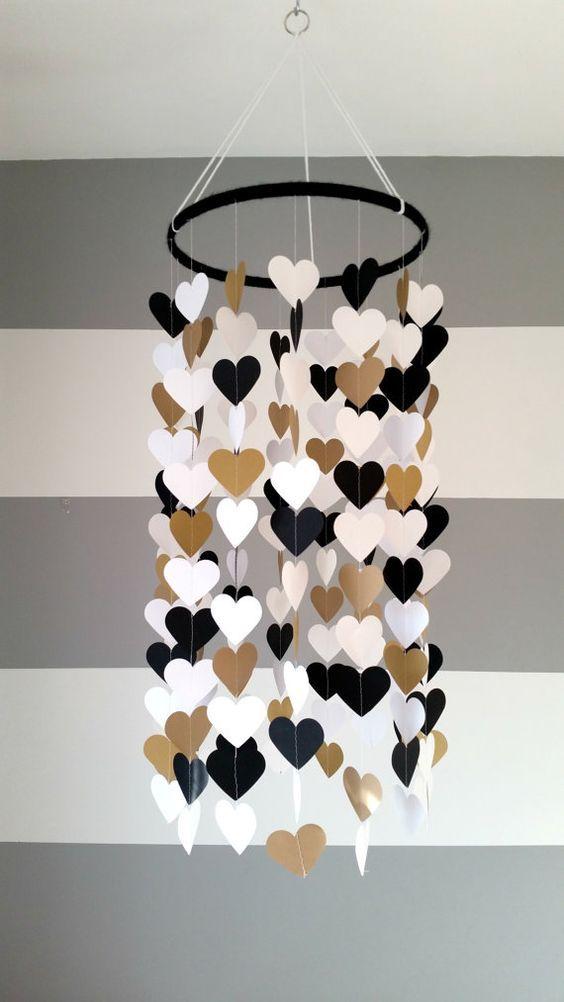 Mobile en papier en forme de coeur. Noir or doré blanc. Décoration chambre bébé. Décoration mariage. Décoration maison. Enfant, bébé décor #onehome
