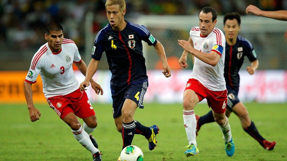 BELO HORIZONTE, BRAZIL - JUNE 22: Keisuke Honda of Japan being followed by Carlos Salcido and Gerardo Torrado of Mexico during the FIFA Confederations Cup Brazil 2013 Group A match between Japan and Mexico at Estadio Mineirao on June 22, 2013 in Belo Horizonte, Brazil. (Photo by Dean Mouhtaropoulos/Getty Images)