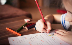 Foto de niño haciendo deberes