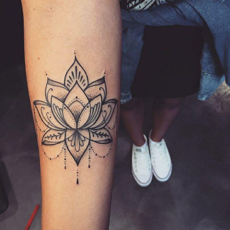 Mandala con motivi floreali, tatuaggio sul braccio di una donna Forearm  Sleeve Tattoos, Hand
