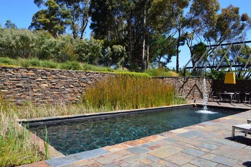 Pool Im Garten   Natursteinmauer Bietet Sichtschutz
