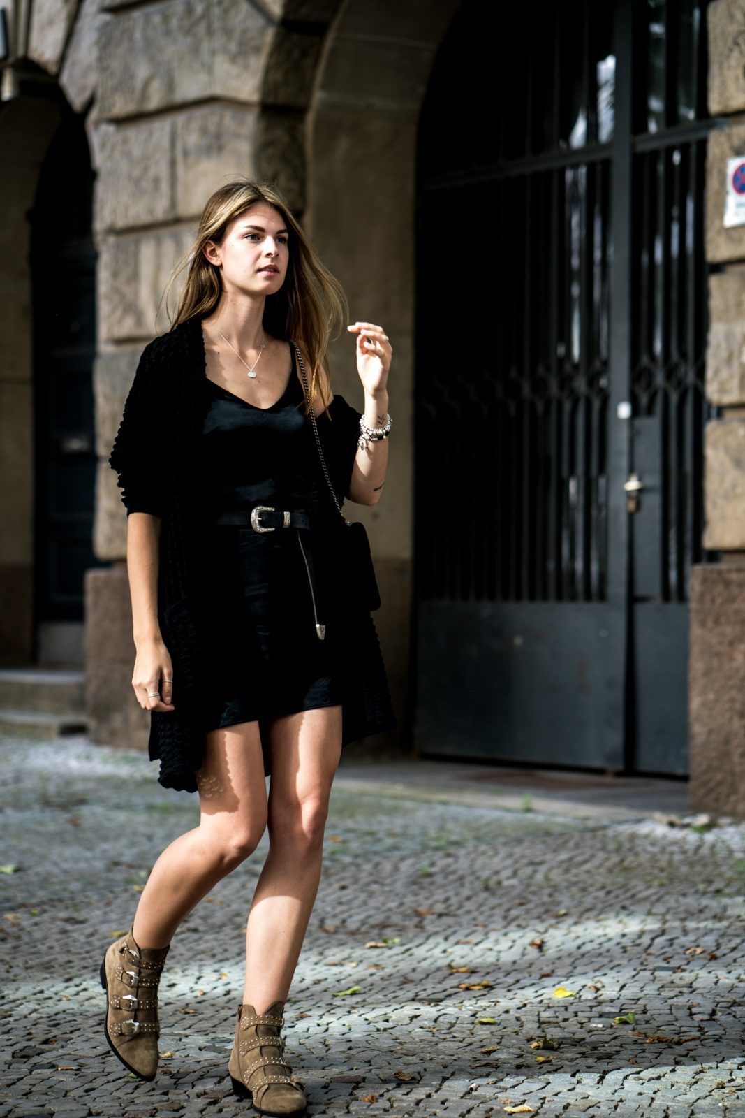 Schwarzes Kleid und braune Boots | Schicke kleidung ...
