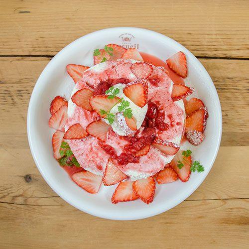 カフェ アクイーユより季節限定パンケーキ - 旬のイチゴとふわふわ食感の濃厚レアチーズの写真3