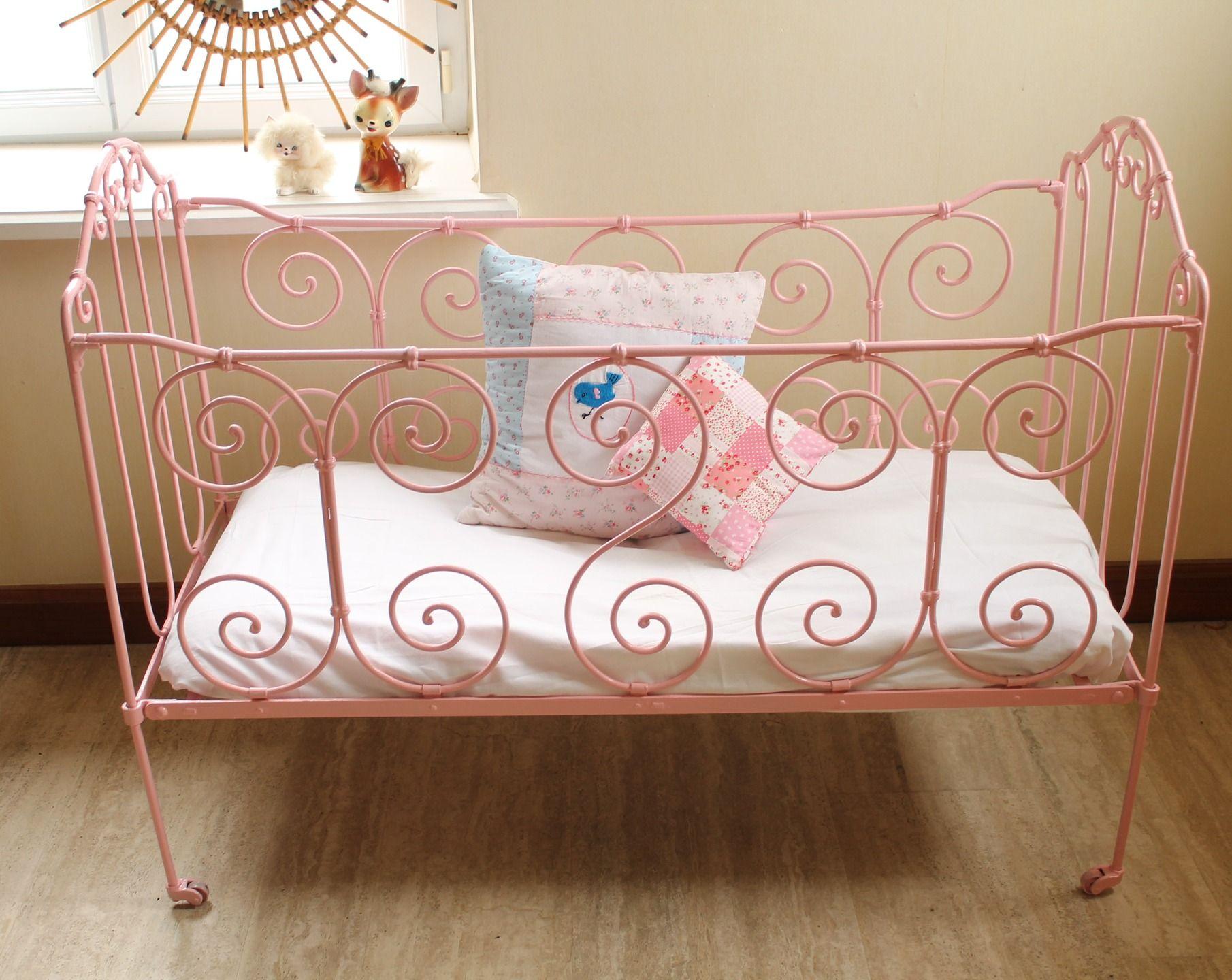 Deco Chambre Avec Lit En Fer petit lit bébé en fer forgé vintage : chambre d'enfant