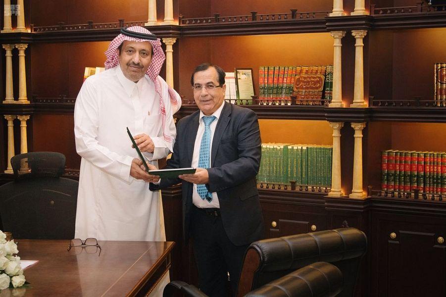 أمير الباحة يستقبل المنسق العام لمجلس أمناء كلية الباحة الأهلية للعلوم صحيفة وطني الحبيب الإلكترونية Lab Coat Fashion Coat
