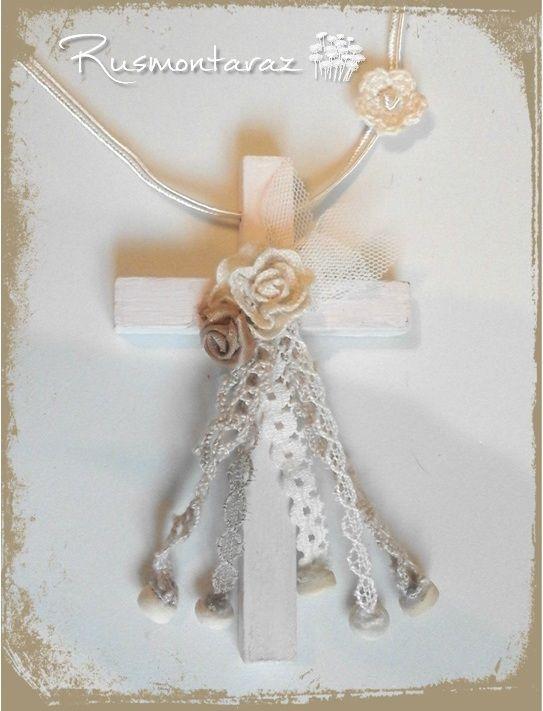 Cruz de comunión en madera, estilo vintage, con flor de crochet.  tonos tostados Rcn1Tostado- 42€ rusmontaraz@gmail.com