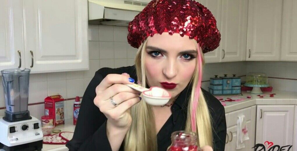 Got a screenshot from one of Rydel's videos and then i edit it so can we get this pic 25 saves plz