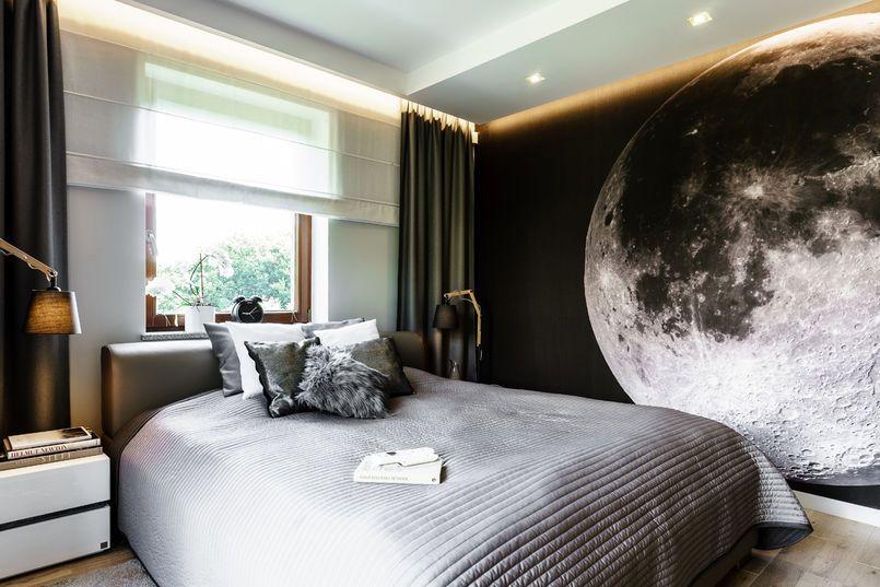 Ciemna Fototapeta Zajmująca Całą ścianę Sypialni Dodaje