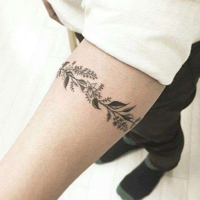 Tatuaggi fiori uomo tatuaggio bracciale tatuaggi for Tatuaggi idee uomo