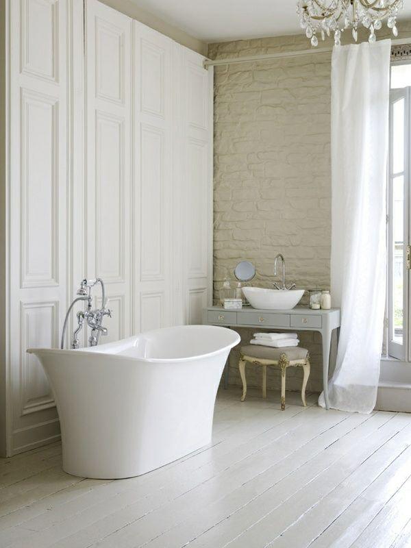 Freistehende Badewanne im modernen Badezimmer | Freistehende ...
