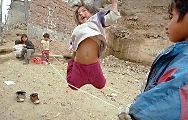 Jugando en el cielo,niños en el cerro el pino,La Victoria ,Lima-Peru 1998..El Comercio -Lima