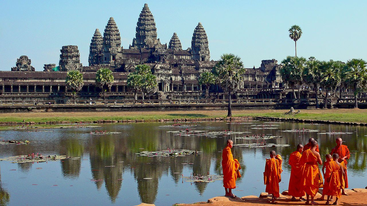 Buddhist Monks In Front Of The Angkor Wat Sete Maravilhas Do