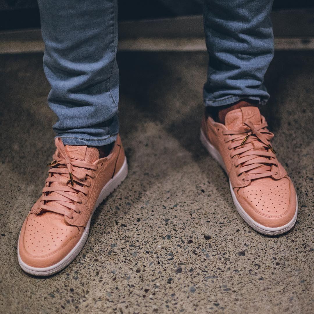 cebf2e26a9aa Air Jordan 1 No Swoosh