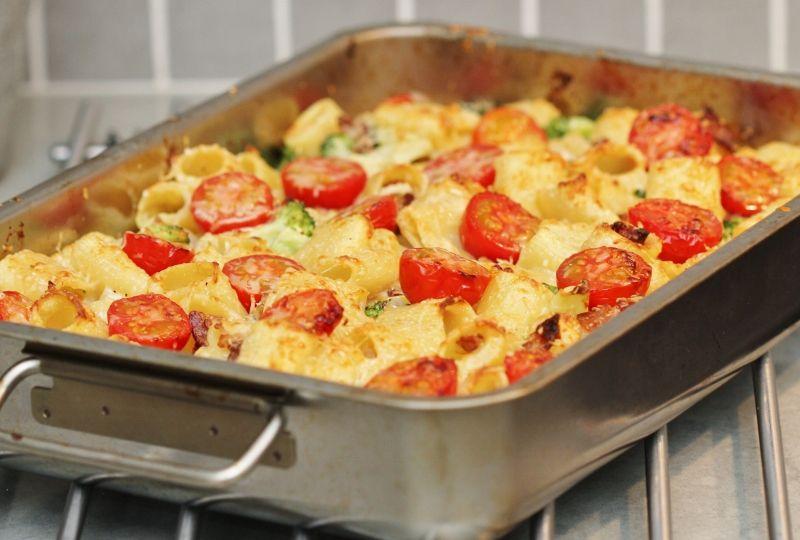 Kramig Pastagratang Med Adelostsas Bacon Broccoli Och Tomater