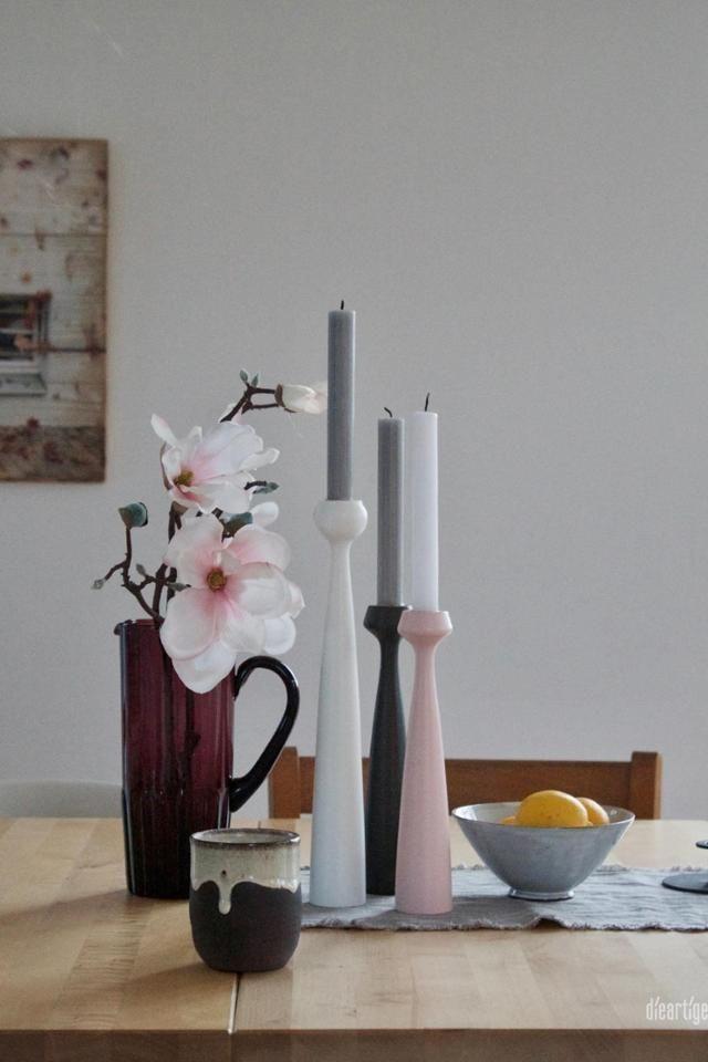 Schlichte Dekoration mit schlanken Kerzenständern und wenig Farbe ...