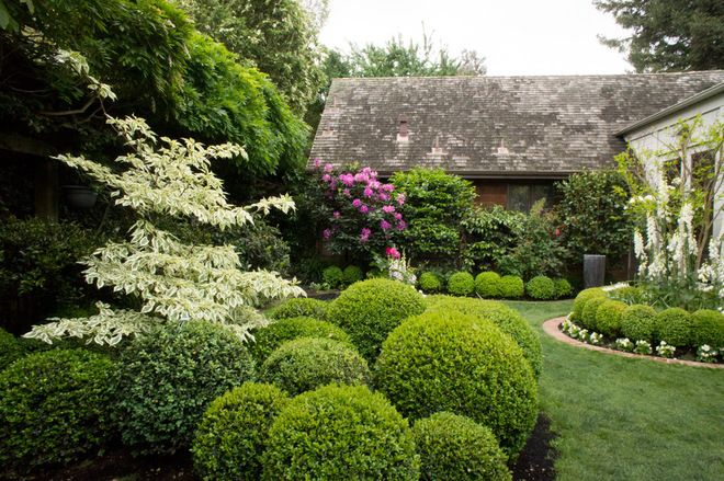 Pruned Boxwood And Variegated Dogwood Are Featured In This Landscape That Uses Features From Classic Italian And French Design Elements By Amenagement Paysager Jardins Et Joli Jardin