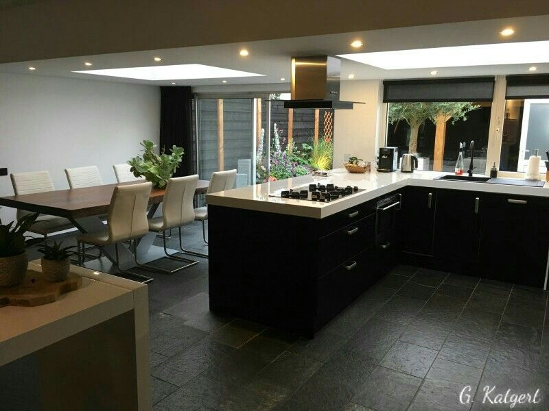 Open keuken mat zwart 90mm wit aanrechtblad met verlaagd plafond