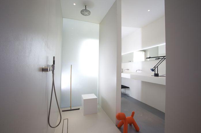Glazen Wand Douche : De gestraald glazen wand loopt van vloer tot plafond en zorgt voor