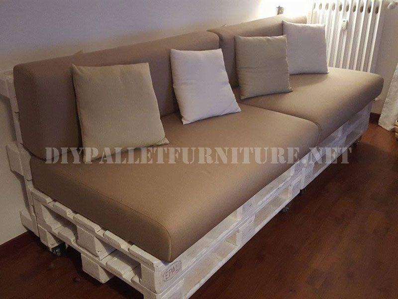 Angela Hat Uns Dieses Sofa Das Sie Mit Paletten Gemacht Die Couch Ist Nach Dem Klassischen System Von Stapeln Zwei Um Den Sitz Zu Machen