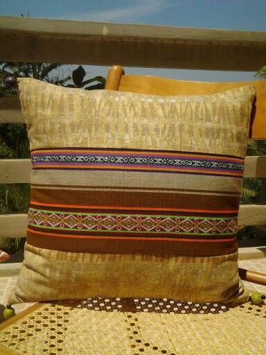 Cojin con tela peruana y pedreria
