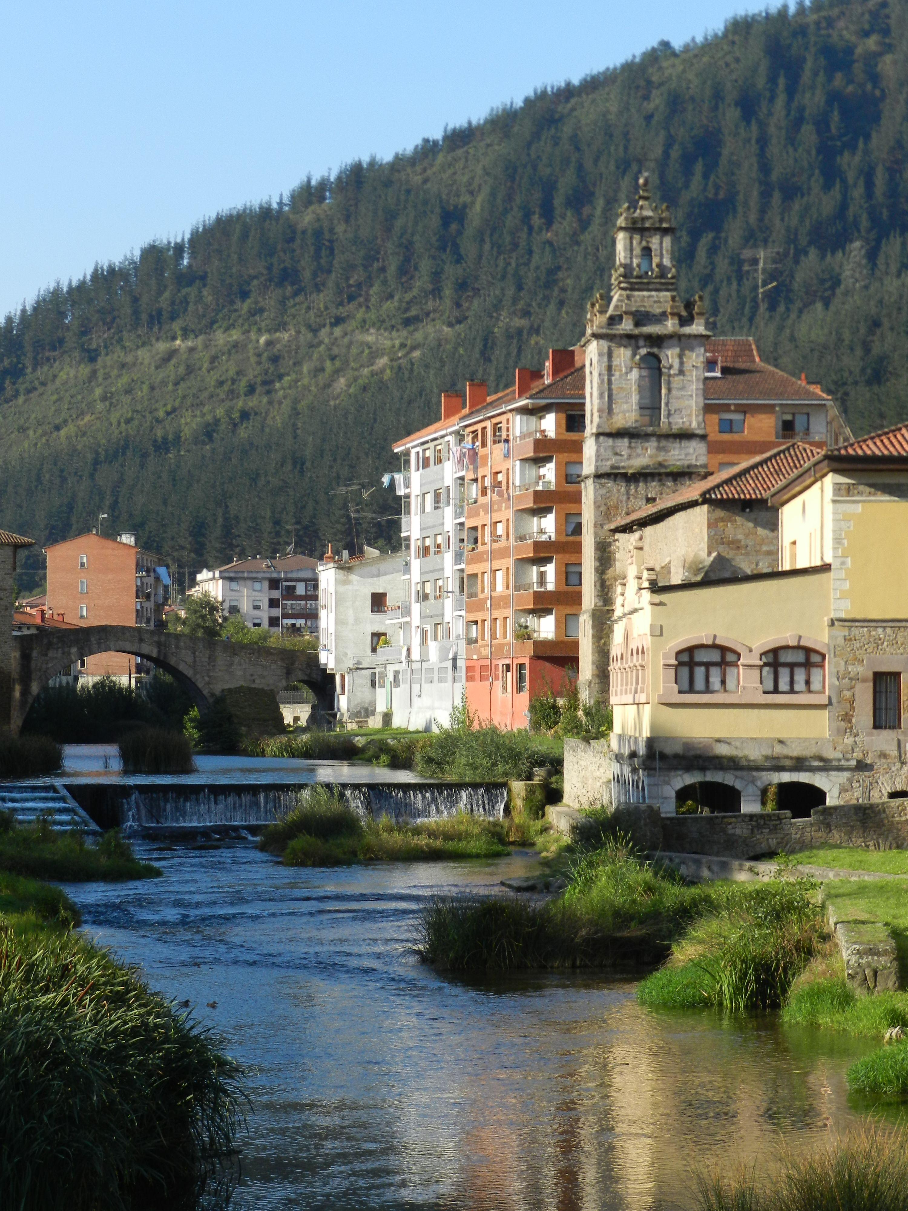 El río Cadagua atraviesa Balmaseda dotando a la villa de