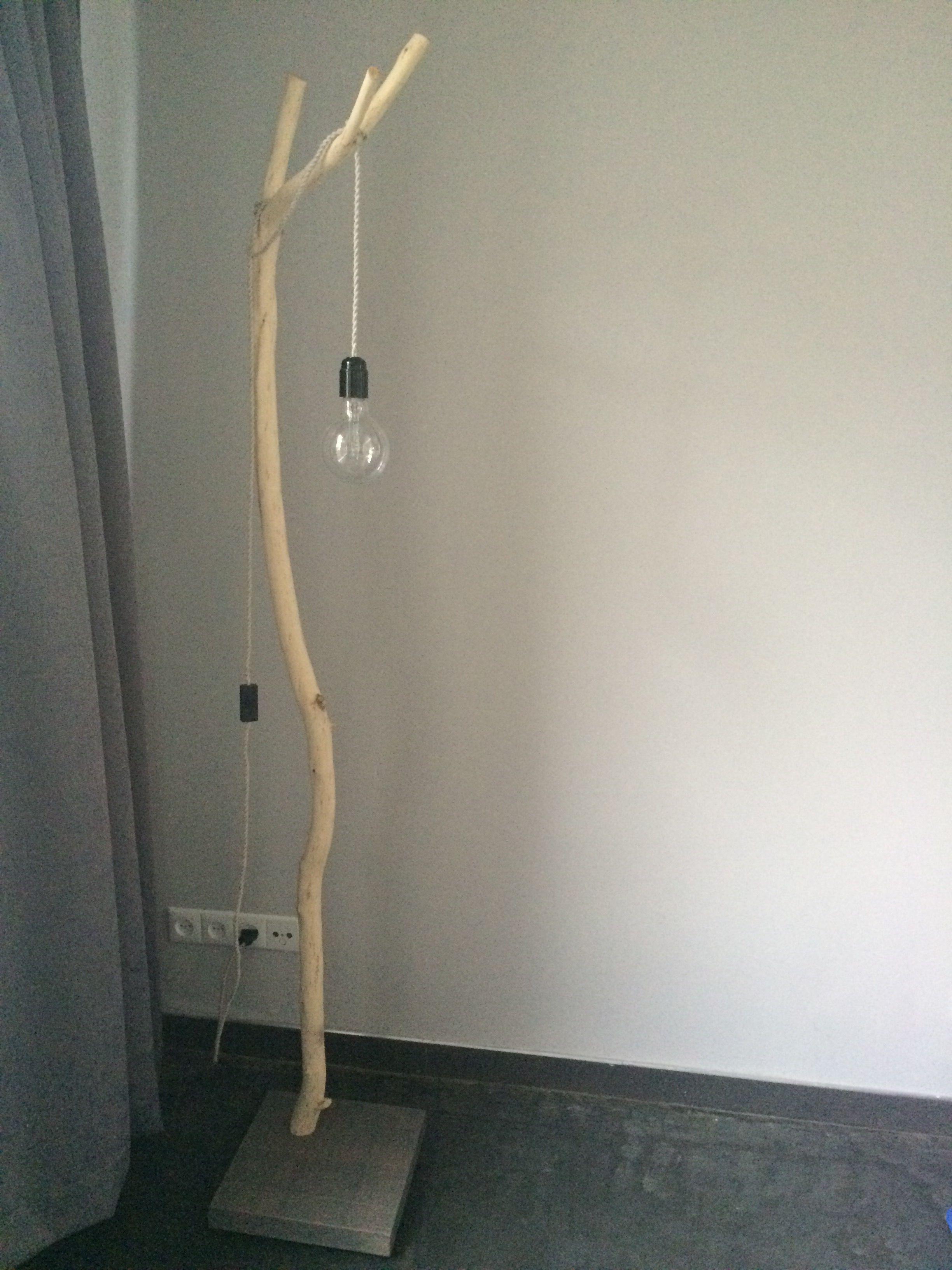 Lamp van een gevonden tak